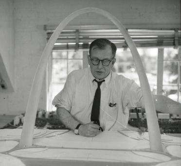 Eero_Saarinen_with_Gateway_Arch_Model[1]